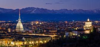 Turin (Torino), panorama de nuit avec la taupe Antonelliana et Alpes Photos libres de droits
