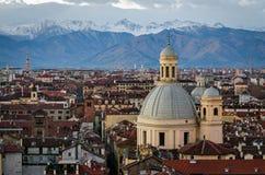 Turin (Torino) panorama med snöig fjällängar Fotografering för Bildbyråer