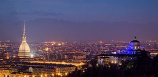 Turin (Torino), panorama med vågbrytaren Antonelliana och fjällängar Arkivfoto