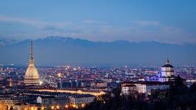Turin (Torino) panorama med vågbrytaren Antonelliana och fjällängar Royaltyfria Bilder
