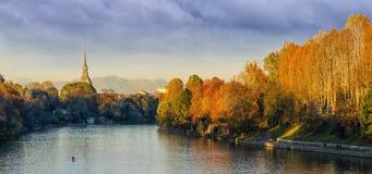 Turin (Torino), panorama med vågbrytaren Antonelliana och flod Po Arkivfoto