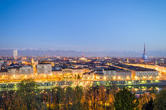 Turin (Torino), panorama på den blåa timmen Arkivbilder