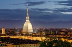 Turin (Torino), vågbrytare Antonelliana på skymning Arkivbilder