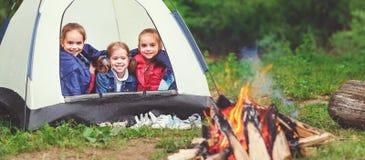 Turism för barn` s Lyckliga ungeflickor i aktionen i tält nära f Royaltyfri Foto