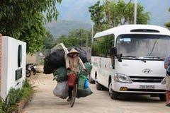 Turism för cykel för last Vietnam för hårt liv kvinnlig Arkivbilder