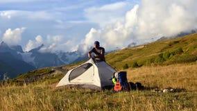Turism i de Caucasian bergen stock video