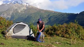 Turism i de Caucasian bergen arkivfilmer