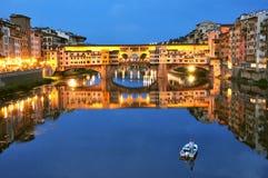 Turism i Italien, den Florence staden med det gammalt överbryggar arkivfoton