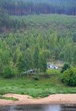 Turism i skogen, tält, flod, folk n Royaltyfri Fotografi