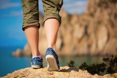 Turism. kvinnlig fot i gymnastikskor Arkivbild