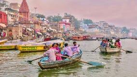 Turism längs Gangeset River i Varanasi under den Diwali festivalen arkivfoto
