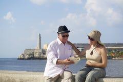 Turism och gamla människor som reser, pensionärer som har gyckel på semester royaltyfria foton