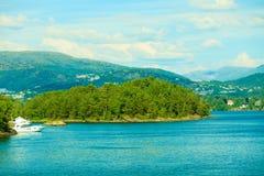 Turism och lopp Landskap och fjord i Norge Royaltyfri Bild