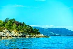 Turism och lopp Vatten och öar runt om Bergen Royaltyfri Foto