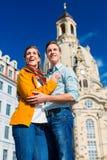 Turism - par på Frauenkirche i Dresden arkivbilder
