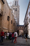 Turism runt om den gotiska domkyrkan av Toledo i Spanien Arkivbild
