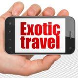 Turismbegrepp: Räcka hållande Smartphone med exotiskt lopp på skärm Royaltyfria Foton