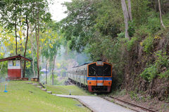 Turismdrevjärnväg i Thailand Kanchanaburi Arkivfoto