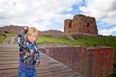 Turismo da ruína do castelo da criança Imagem de Stock Royalty Free