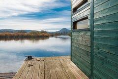 Turismo de Eco Estrutura para birdwatching no pântano de Brabbia da reserva natural, província de Varese, Itália fotos de stock