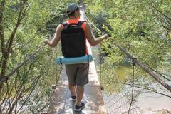 Turismo de Eco y concepto sano de la forma de vida Caminante joven con la mochila Turista con viaje de las mochilas Foto de archivo libre de regalías
