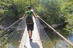 Turismo de Eco y concepto sano de la forma de vida Caminante joven con la mochila Turista con viaje de las mochilas Foto de archivo