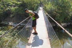 Turismo de Eco y concepto sano de la forma de vida Caminante joven con la mochila Turista con viaje de las mochilas Imagenes de archivo