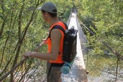 Turismo de Eco y concepto sano de la forma de vida Caminante joven con la mochila Turista con viaje de las mochilas Fotos de archivo
