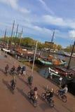 Turismo de la bicicleta en Amsterdam Fotos de archivo