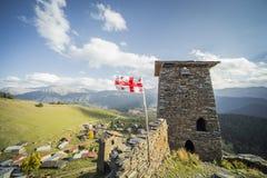 Turismo de las torres del pueblo de montaña de la bandera de Georgia Imagenes de archivo