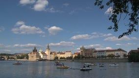 Turismo de Pedalo en el río de Moldava, Praga almacen de video