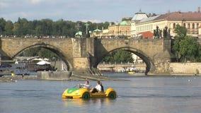 Turismo de Pedalos en el río de Moldava, Praga almacen de video