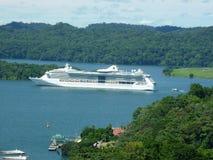 Turismo del barco fuera de las cerraduras de Gatun Imágenes de archivo libres de regalías