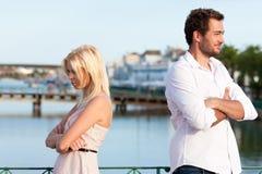 Turismo della città - coppia in vacanza che ha discussio immagine stock libera da diritti