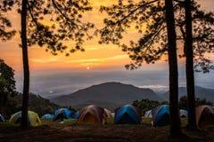 Turismo di campeggio di avventure e tenda, paesaggio della foresta di vista, fuori immagini stock