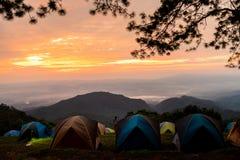 Turismo di campeggio e tenda di avventure, paesaggio della foresta di vista, all'aperto in mattina e cielo di tramonto al punto d fotografia stock