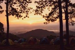 Turismo di campeggio e tenda di avventure, paesaggio della foresta di vista, all'aperto in mattina e cielo di tramonto al punto d immagine stock