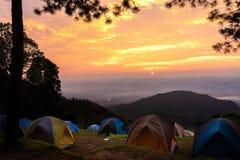 Turismo di campeggio e tenda di avventure, paesaggio della foresta di vista, all'aperto in mattina e cielo di tramonto al punto d fotografia stock libera da diritti