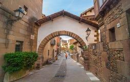 Turismo en Barceloneta - los turistas y la gente caminan abajo de una calle de la pequeña ciudad en el interior de Barcelona Café Imagen de archivo