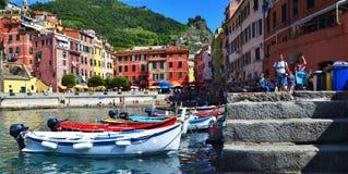 Turismo en Cinque Terre Fotos de archivo libres de regalías