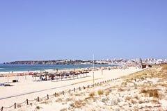Turismo en el Praia de Meia en Lagos Portugal foto de archivo libre de regalías