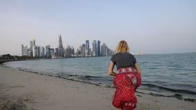Turismo en la bahía del oeste de Doha metrajes