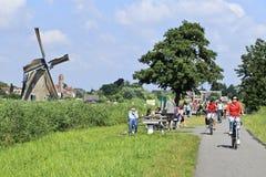 Turismo en un día de verano, Kinderdijk, Holanda Imagen de archivo libre de regalías