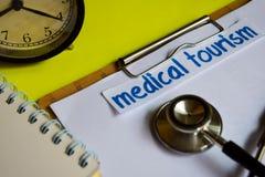 Turismo médico en la inspiración del concepto de la atención sanitaria en fondo amarillo imagen de archivo libre de regalías