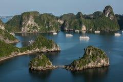 Turismo na baía longa do Ha Foto de Stock Royalty Free