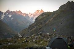 Turismo nas montanhas caucasianos em Geórgia Imagens de Stock Royalty Free