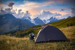 Turismo nas montanhas caucasianos em Geórgia Fotos de Stock Royalty Free