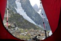 Turismo nas montanhas caucasianos em Geórgia Fotografia de Stock Royalty Free
