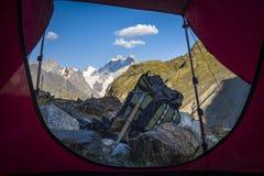 Turismo nas montanhas caucasianos em Geórgia Foto de Stock