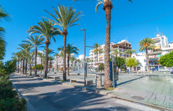 Turismo in Spagna Sole luminoso di mattina sul parco & sulla fontana pedonali della piazza Immagine Stock